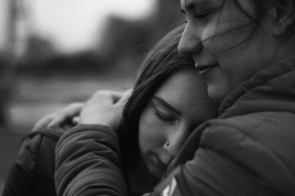 Duas mulheres se abraçando. - Imagem de luto