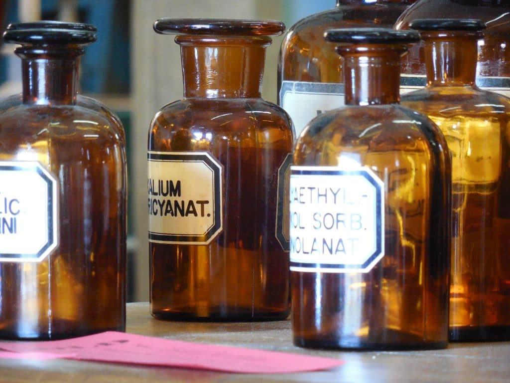 Imagem de garrafas de remédios farmáceuticos.