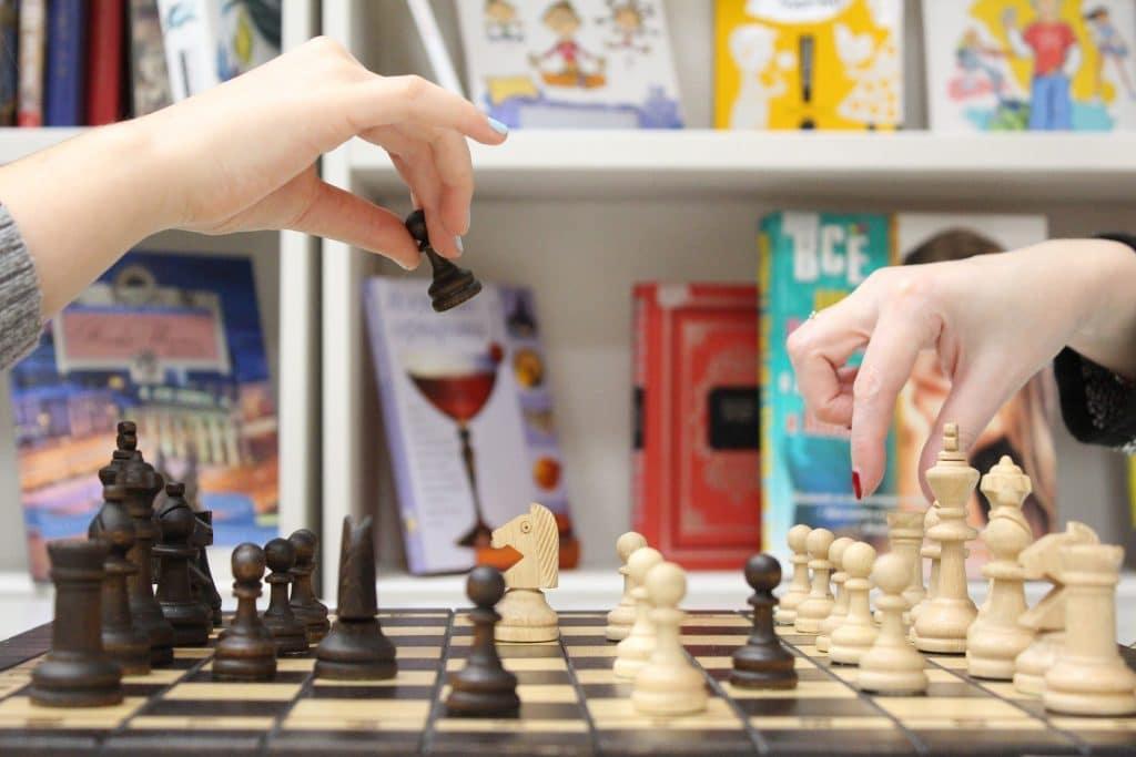 Imagem de duas mulheres jogando xadrez.