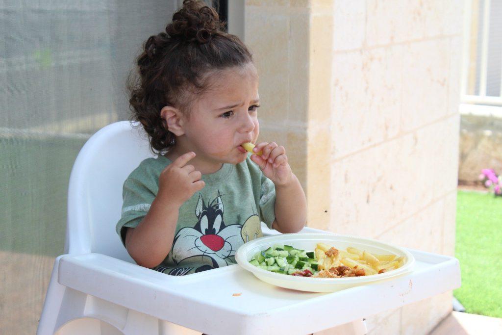 Criança comendo legumes