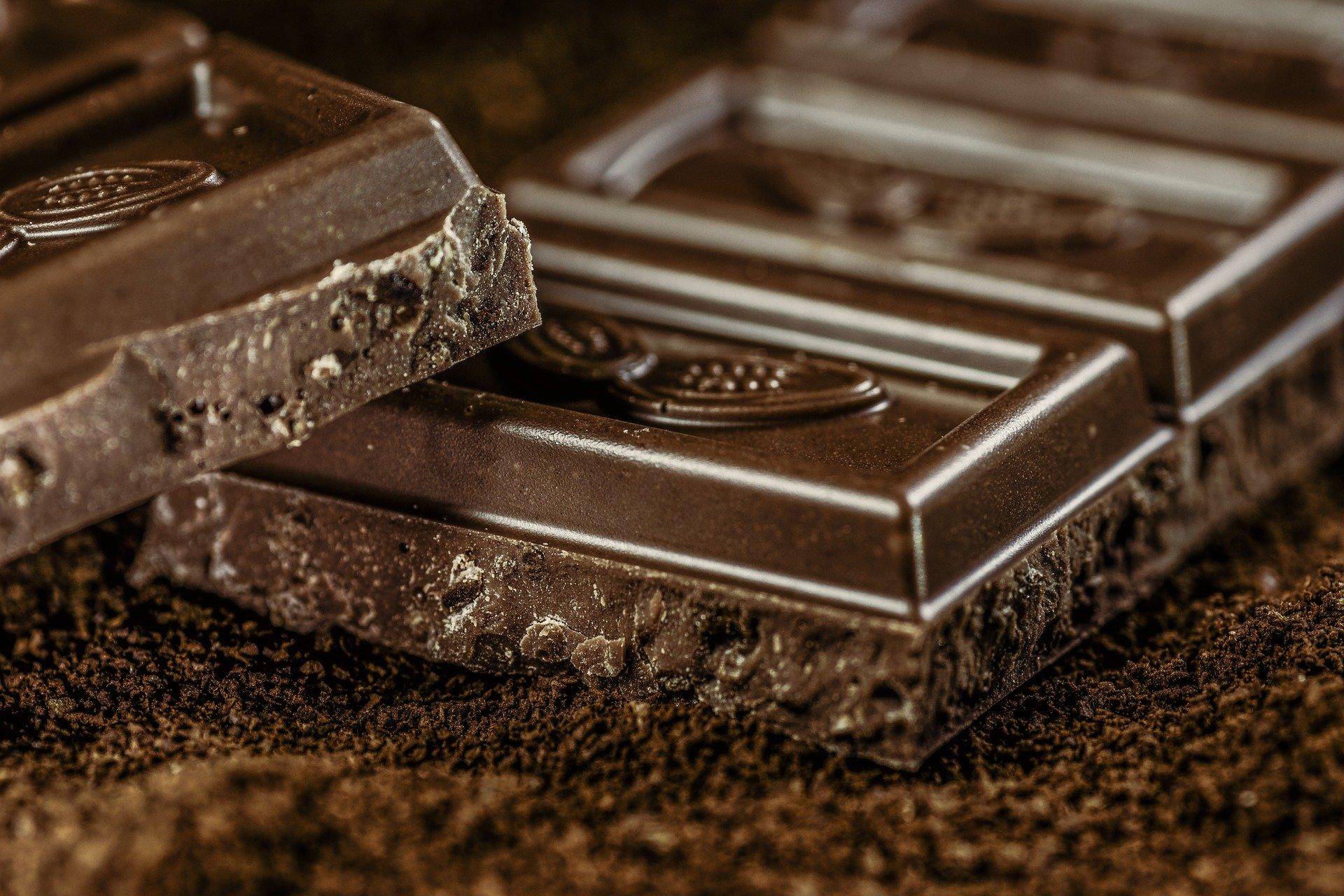 Imagem de duas barras de chocolate escurdo aerado. Elas estão dispostas uma sobre a outra.