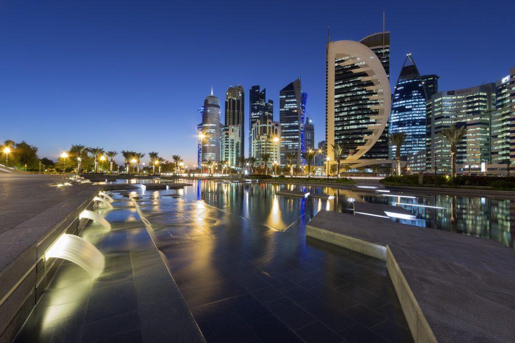 Imagem da linda cidade de Doha, localizada no Catar, cidade sede da Copa do Mundo de 2022. A cidade possui uma arquitetura futurista e é bem iluminada.