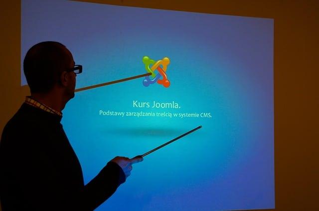 Homem lendo slide em apresentação