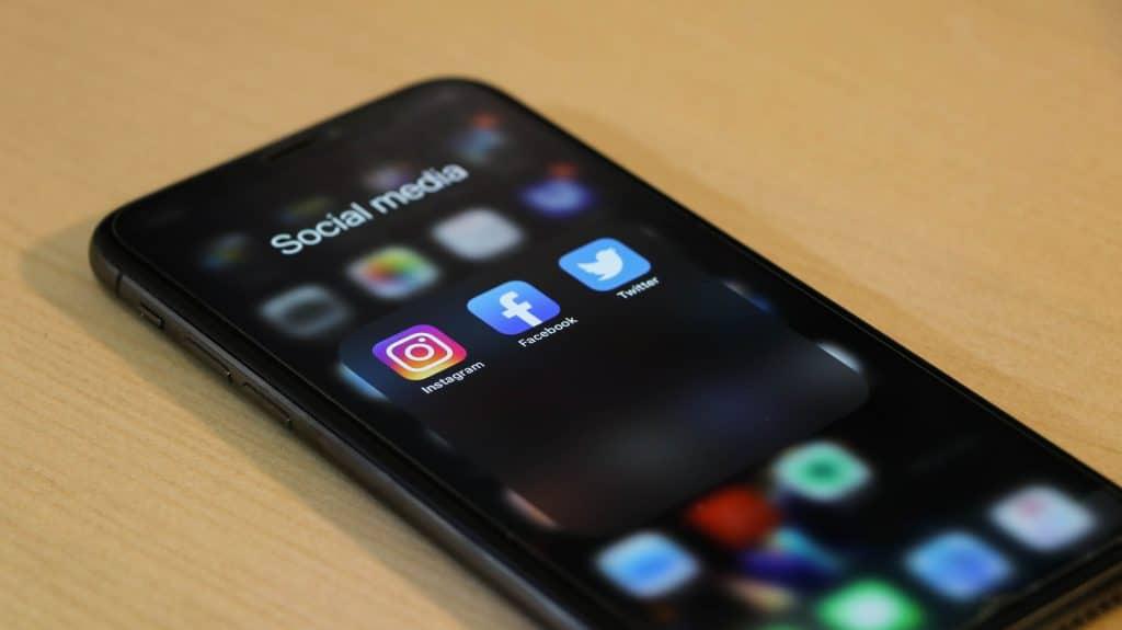 Celular em cima de mesa com aba de redes sociais aberta