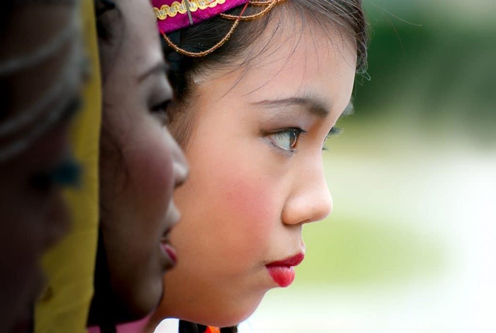 Mulher negra e mulher de traços sino-asiáticos lado a lado, em imagem ampliada.