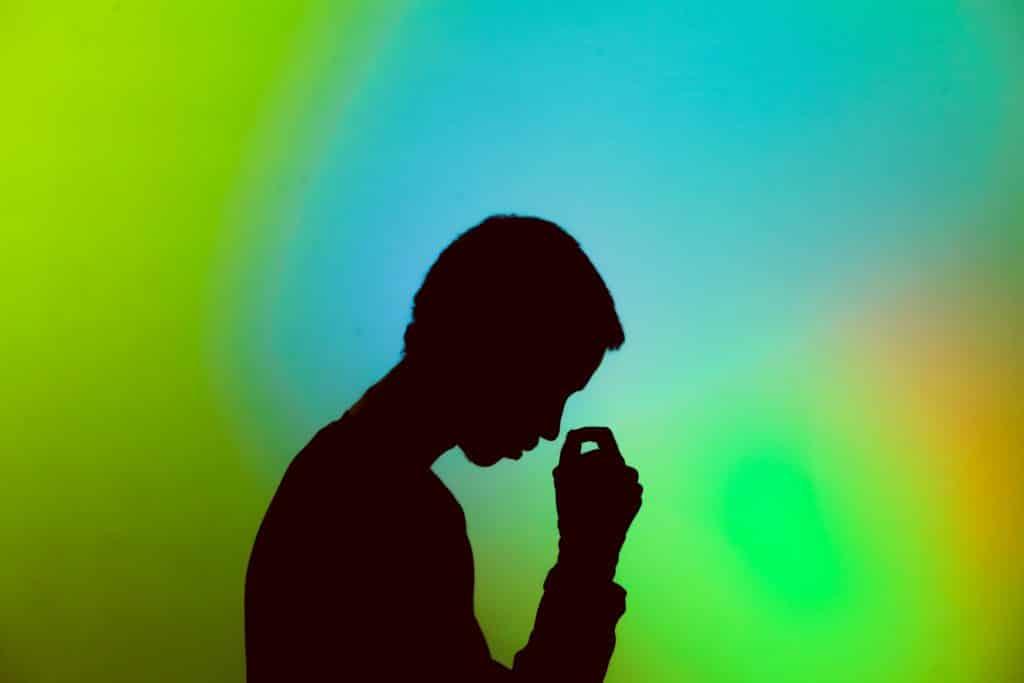 Silhueta de um homem de cabeça baixa  - Imagem de luto