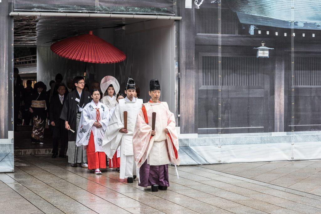 Vários japoneses saindo de uma cerimônia realizada em um famoso templo budista.