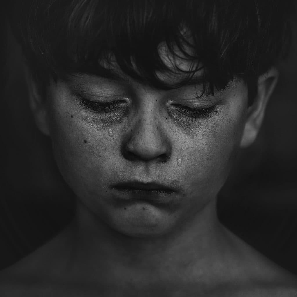 Criança chorando olhando para baixo