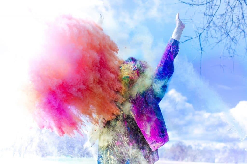 Pessoa coberta de pó de tinta colorida