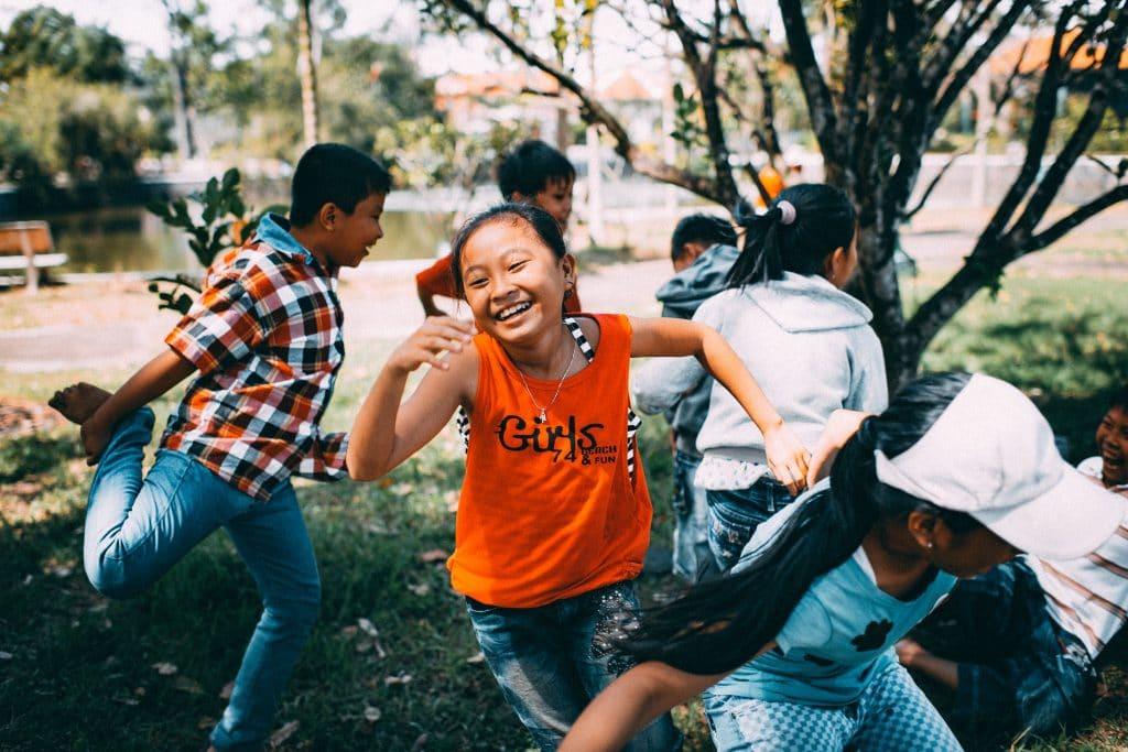 Crianças correndo e brincando na rua em Cao Lãhn, no Vietnã.