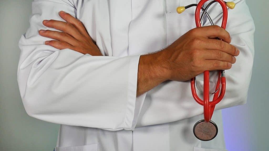 Doutor de braços cruzados