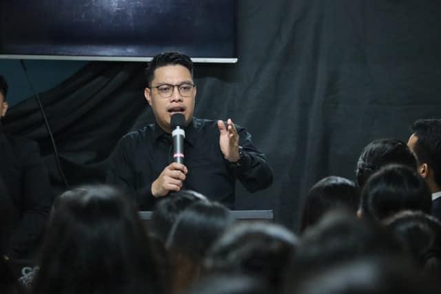 Homem fazendo palestra com microfone