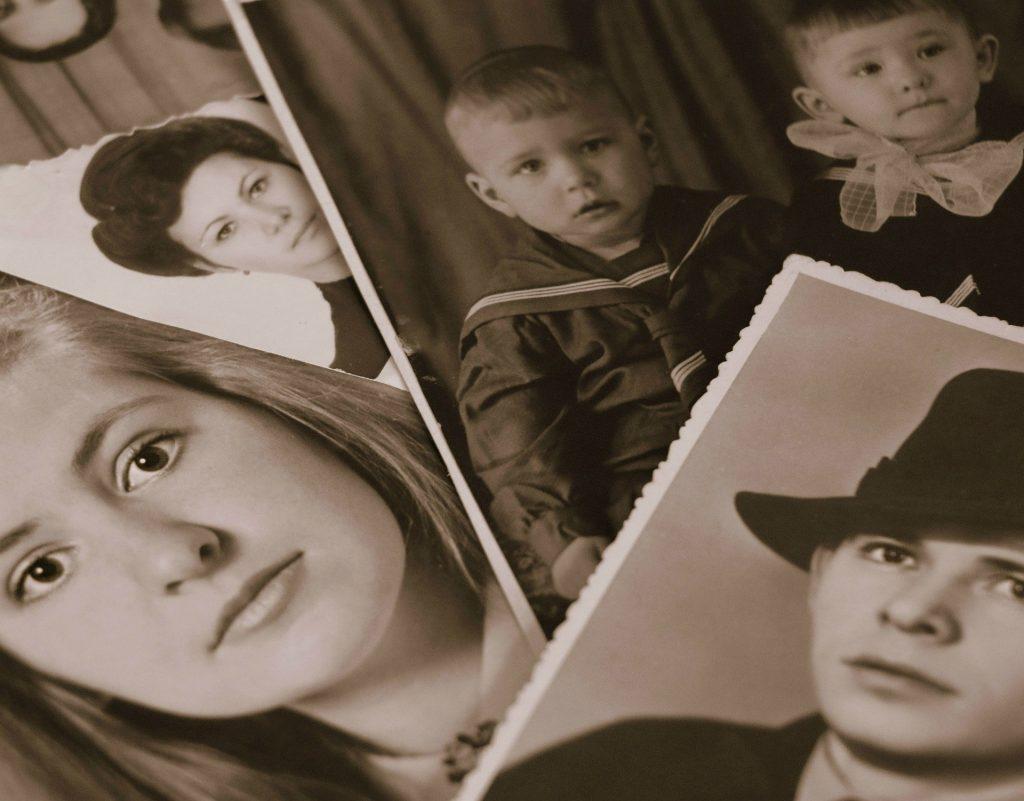 Imagem de fotos antigas em preto e branca. São pessoas (homem, mulheres e crianças).
