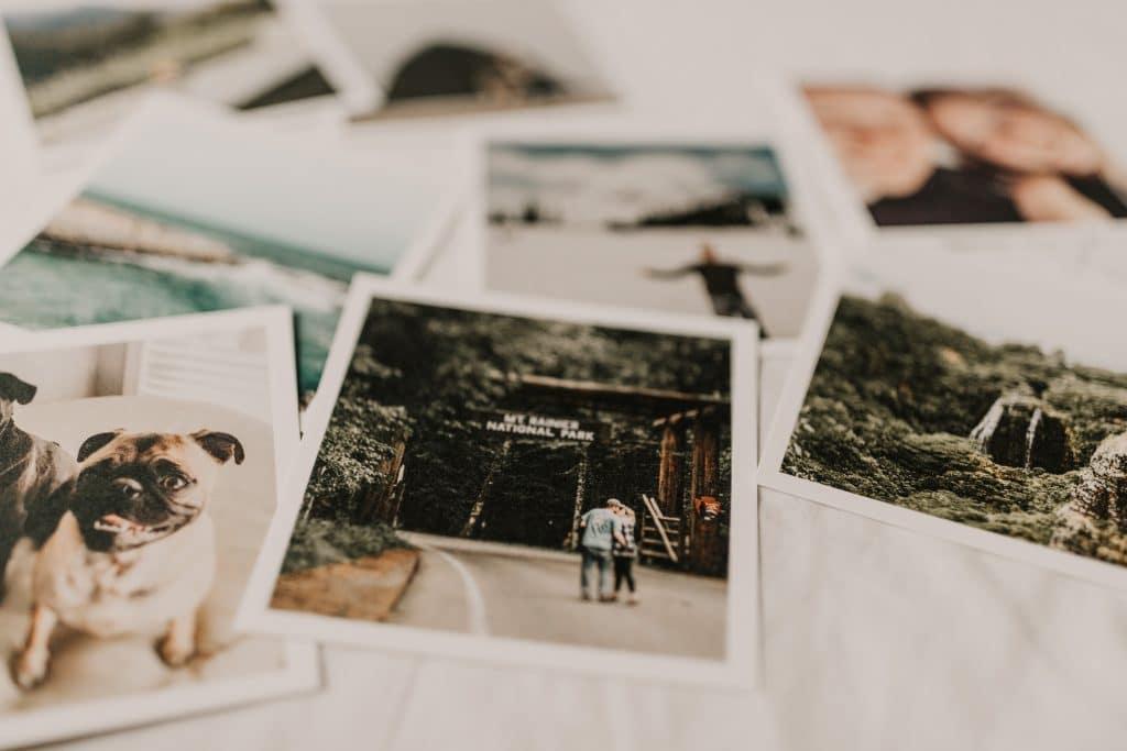 Fotografias reveladas dispostas sobre uma mesa.