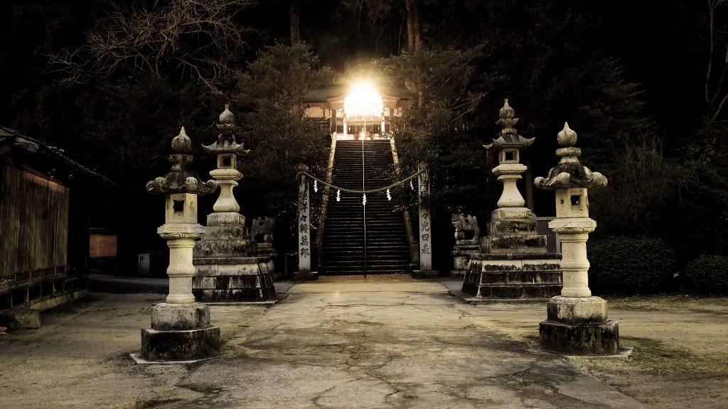 Lindo Santuário Japonês construído por grandes pedras. Na frente da escada do santuário temos quatro torres que simbolizam a santidade japonesa. Ao final da escada que dá acesso ao santuário, uma grande luz ilumina o espaço.