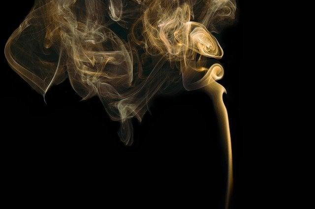 Fumaça branca em fundo preto.
