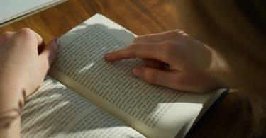 Pessoa lendo um livro