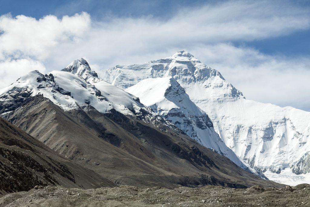 Imagem das lindas montanhas do Tibet cobertas de gelo.