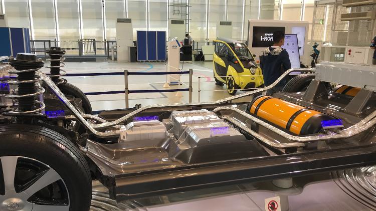 Esqueleto do veículo Toyota Mirai. No lugar da célula de combustível, existe uma espécie de pilha gigante.