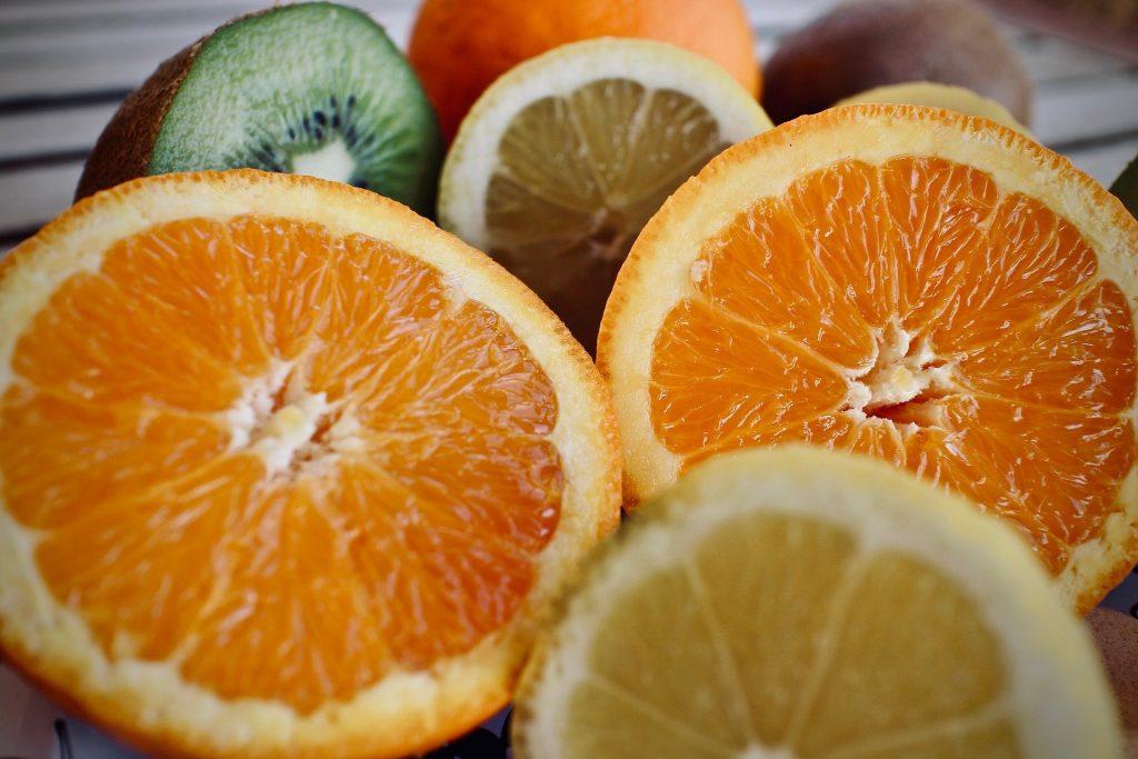 Imagem de várias frutas cítricas como: limão, laranja de diversos tipos.