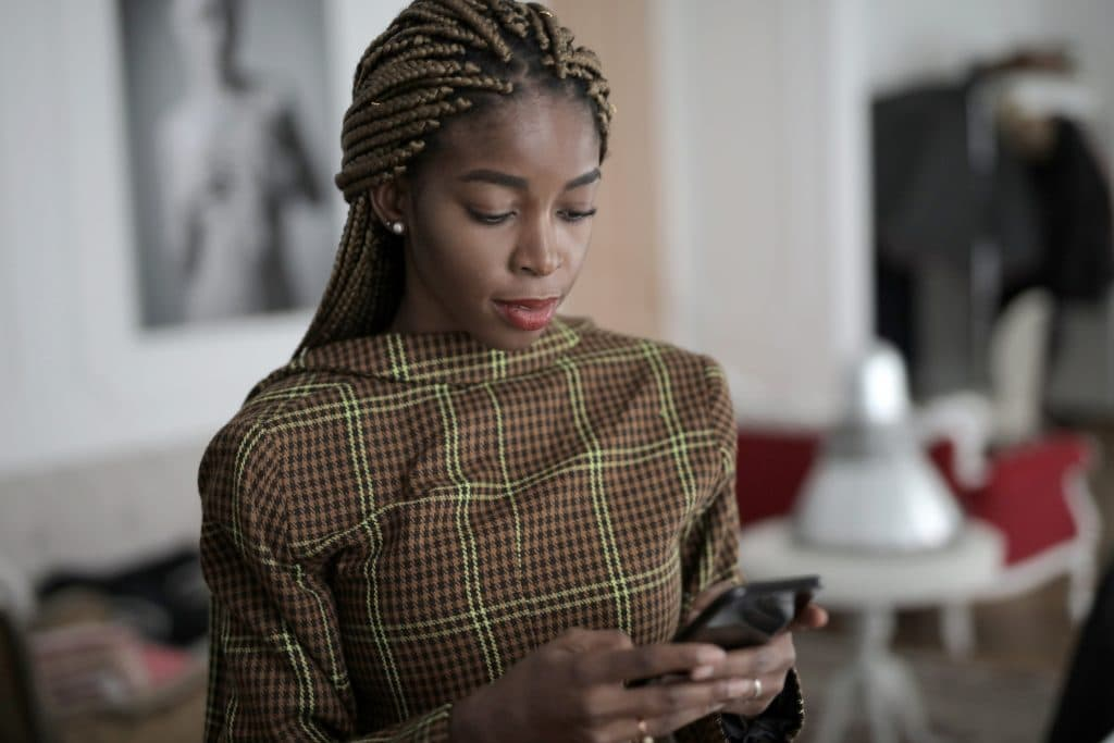 Mulher concentrada mexendo no celular
