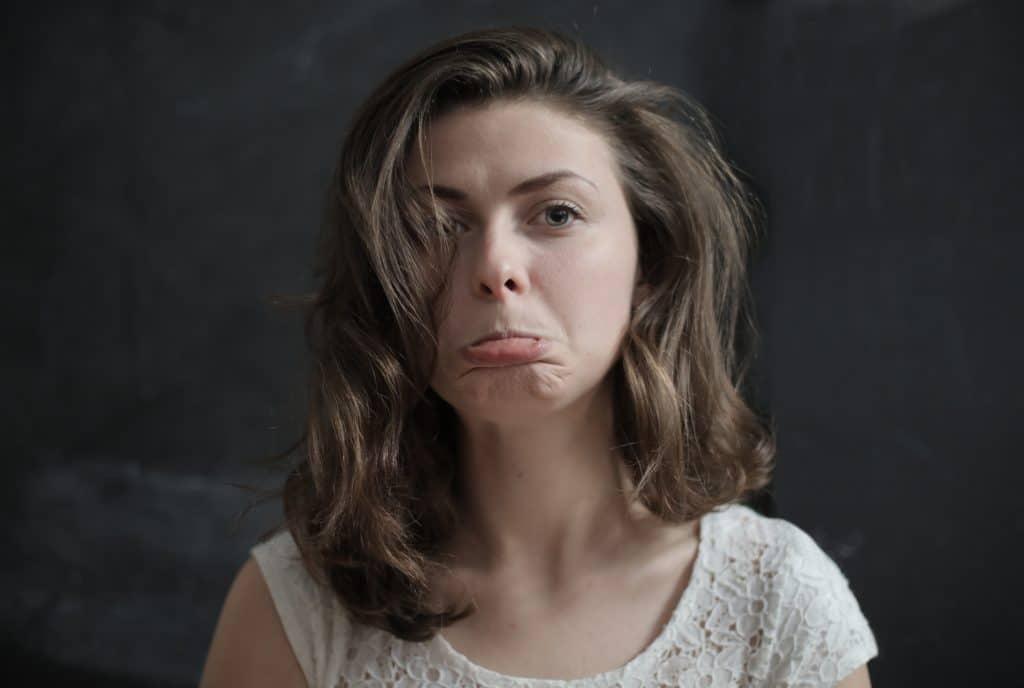 Mulher fazendo cara de triste