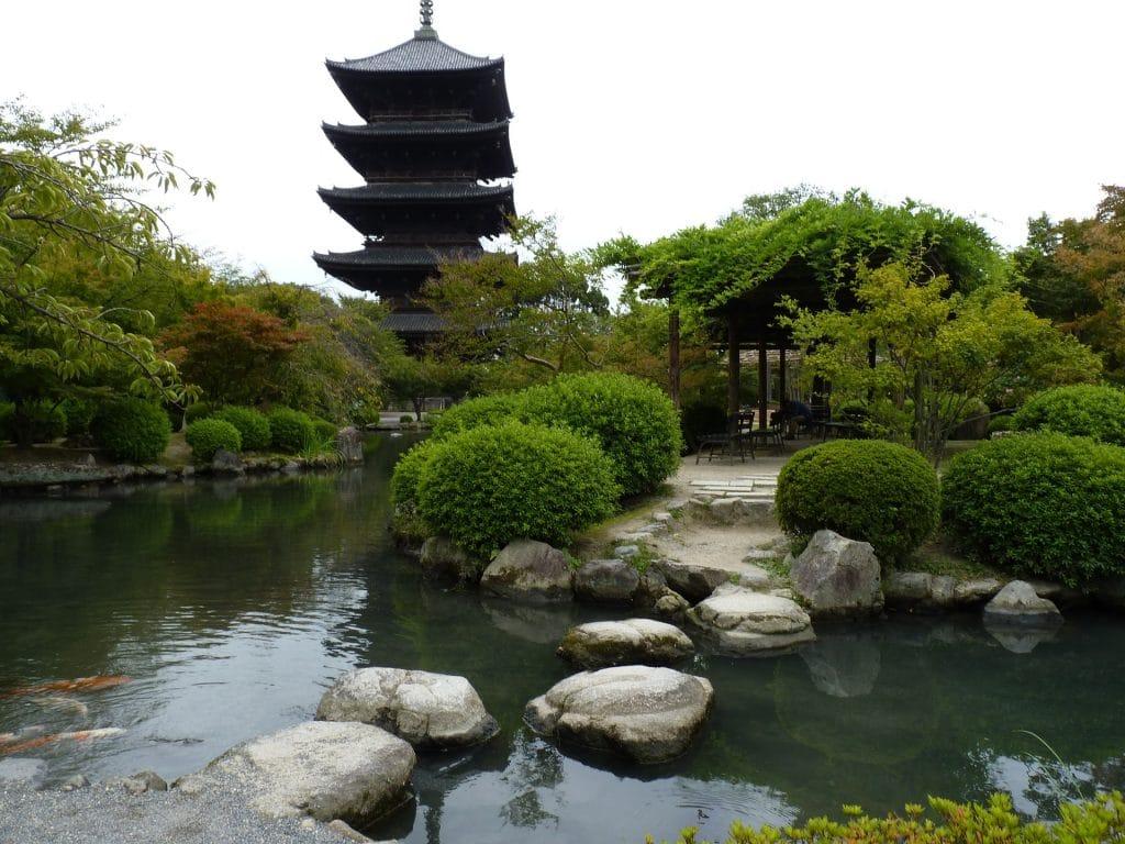 Templo zen budista localizado no Japão. Ele está entre as árvores verdes em um lindo jardim com lago e grandes pedras.