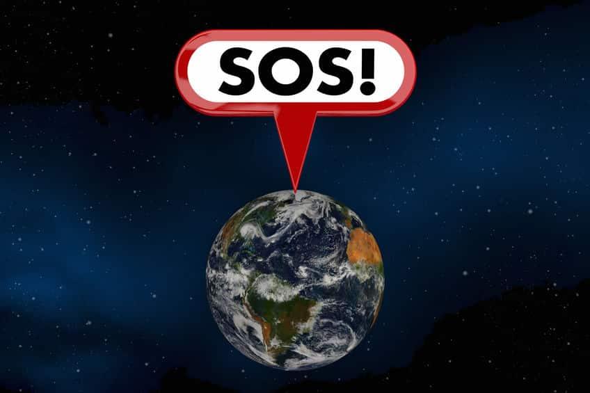 """Imagem do planeta Terra, com um balão desenhado e escrito """"SOS"""", como se o planeta estivesse pedindo socorro."""
