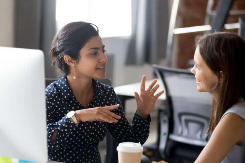 Mulheres conversando no trabalho