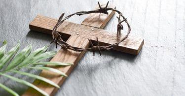 Cruz com uma coroa de espinho