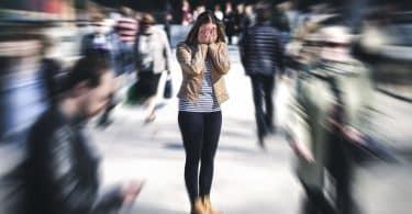 Mulher tendo uma ataque de pânico em público
