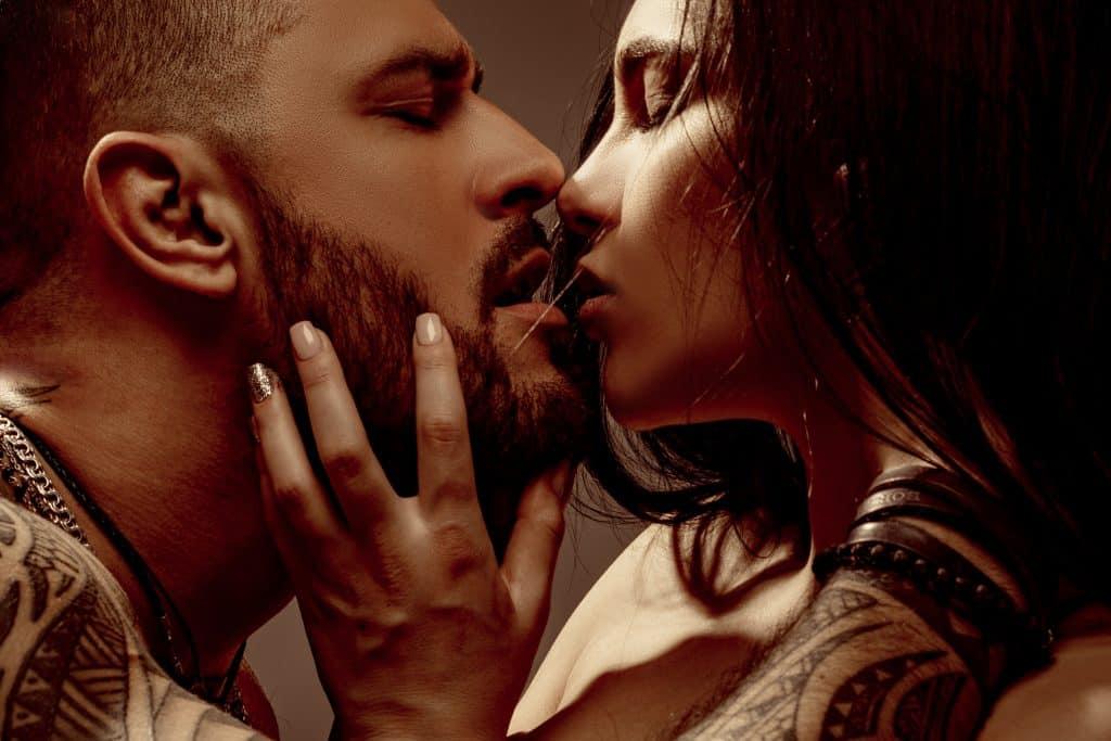Imagem de um casal (homem e mulher) se beijando sensualmente.