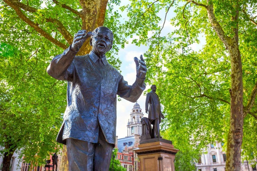 Imagem da estátua de Nelson Mandela instalada em uma praça pública.
