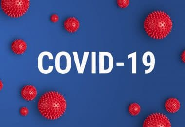 """COVID-19"" escrito entre ilustrações de virus."