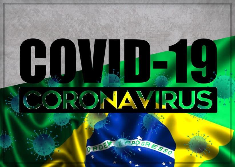 """Ilustração da bandeira do Brasil com manchas representando um vírus. Em frente, na imagem, as palavras """"Covid-19"""" e """"Coronavírus""""."""