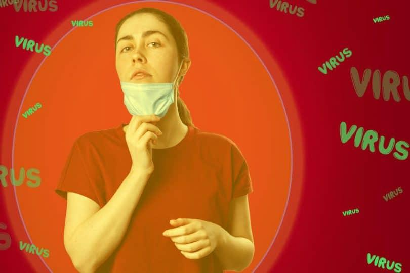 """Foto de mulher usando máscara cirúrgica, mas puxando ela com uma das mãos para a altura de seu queixo, na intenção de liberar seu nariz e sua boca. Ao seu redor, está escrito a palavra """"vírus"""" diversas vezes."""