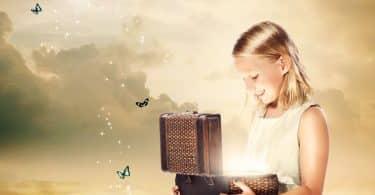 Garota abrindo baú de luz saindo borboletas com fundo mágico