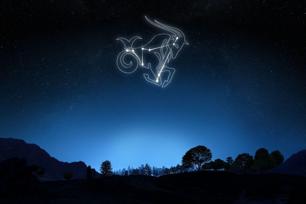 Céu com estrelas formando o signo de capricórnio