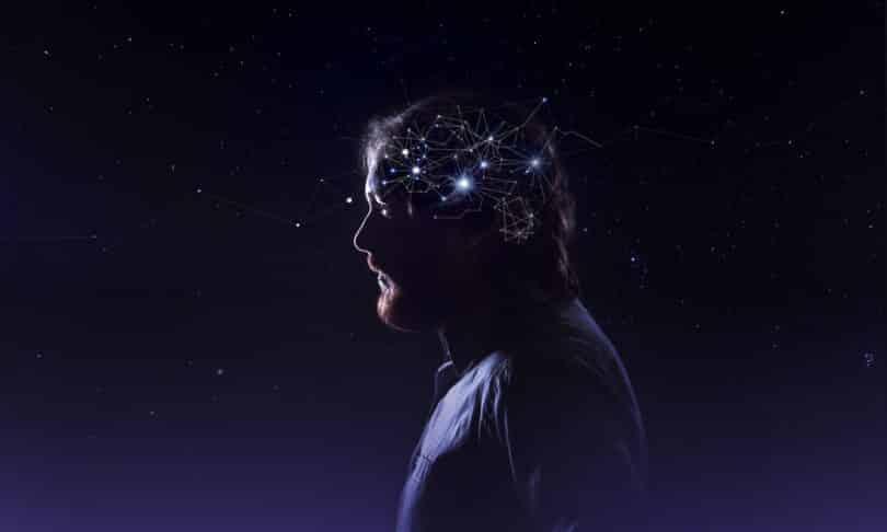 Homem de perfil com ligações dos pensamentos iluminados em fundo escuro