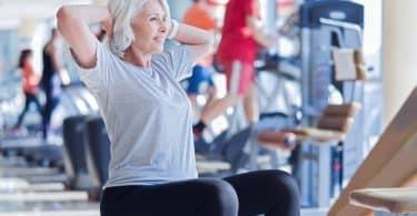 Senhora fazendo exercícios na academia