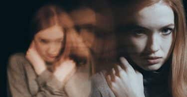 Garota com rosto de pânico e reflexos no fundo