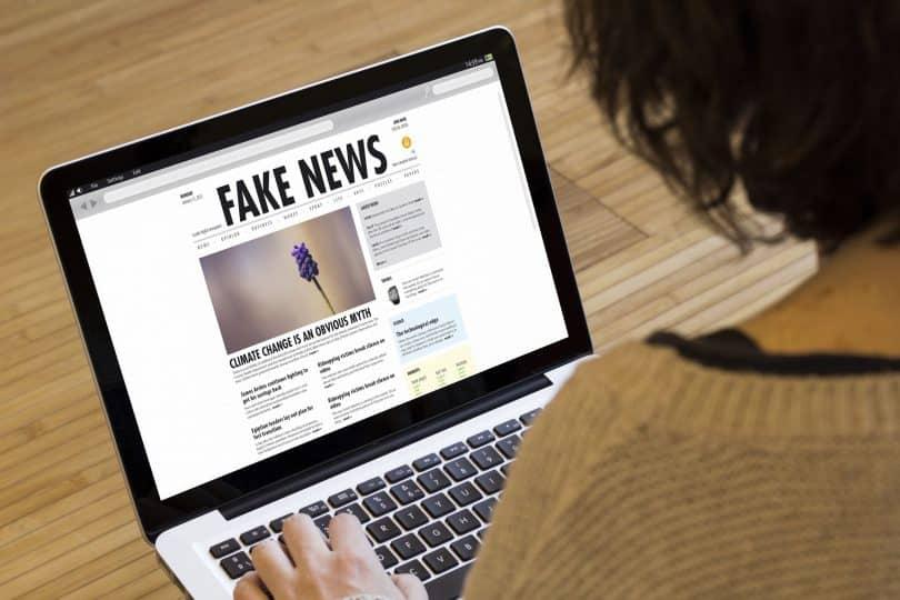 Mulher acessando o laptop e vendo notícias