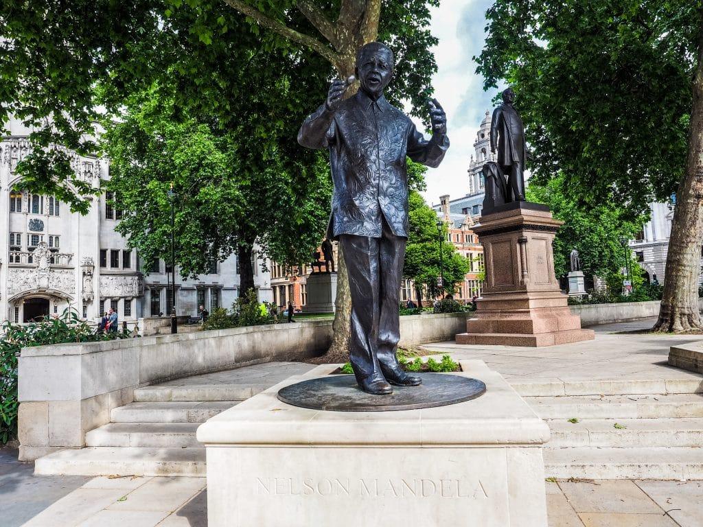 Imagem da estátua de Nelson Mandela em uma praça na cidade de Londres.