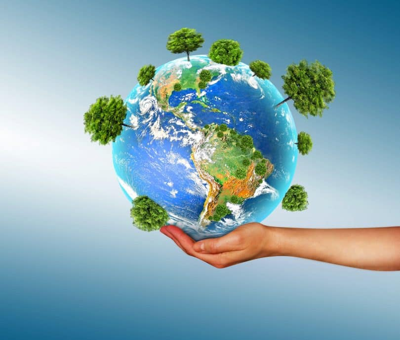 Mulher segurando planeta terra com uma mão