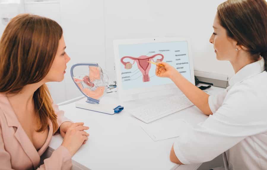 Mulher em consulta com uma ginecologista.