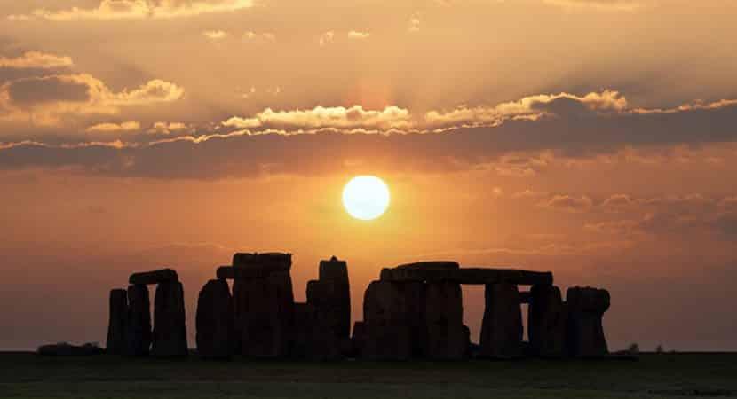 Imagem do pôr do sol durante o solstício de inverno em Stonehange, no Reino Unido