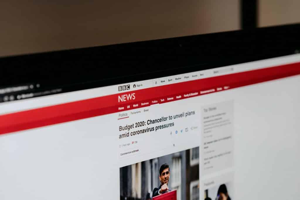 Tela de computador mostrando uma notícia do portal BBC que diz respeito à situação do novo coronavírus.