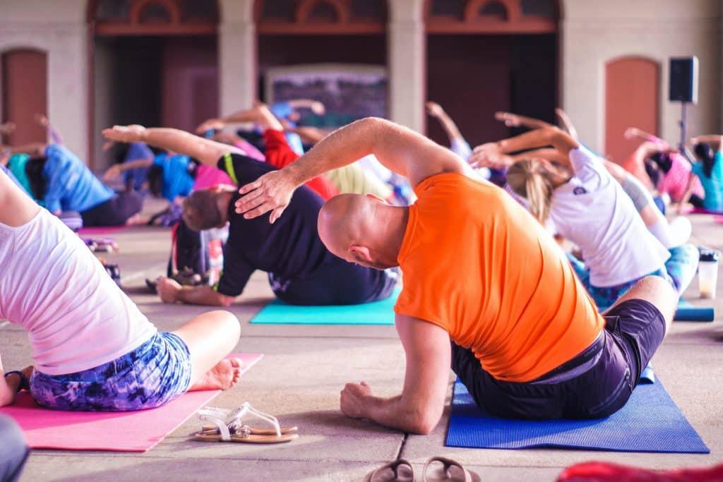 Espaço de Yoga com várias pessoas praticando.