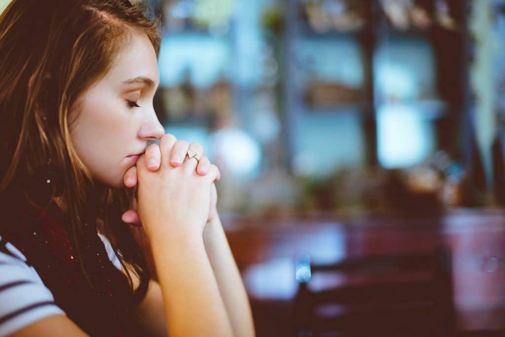 Mulher orando no altar da igreja
