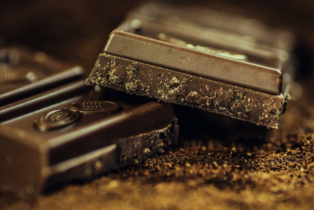 Duas barras de chocolate escuro no sabor meio amargo.
